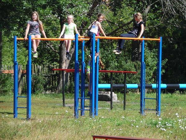 Дети в игре Выше ноги от земли