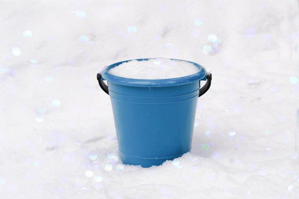 пластиковые ведра на снегу