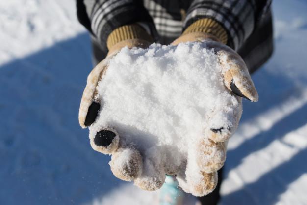 снежки в руках